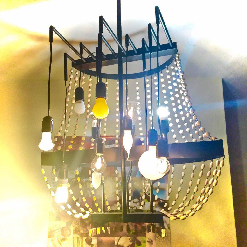 Design-Deckenleuchte in der Lounge