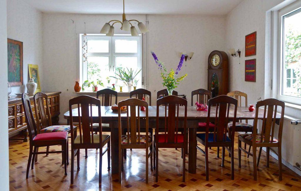 Das Esszimmer mit Platz für bis zu 20 Personen
