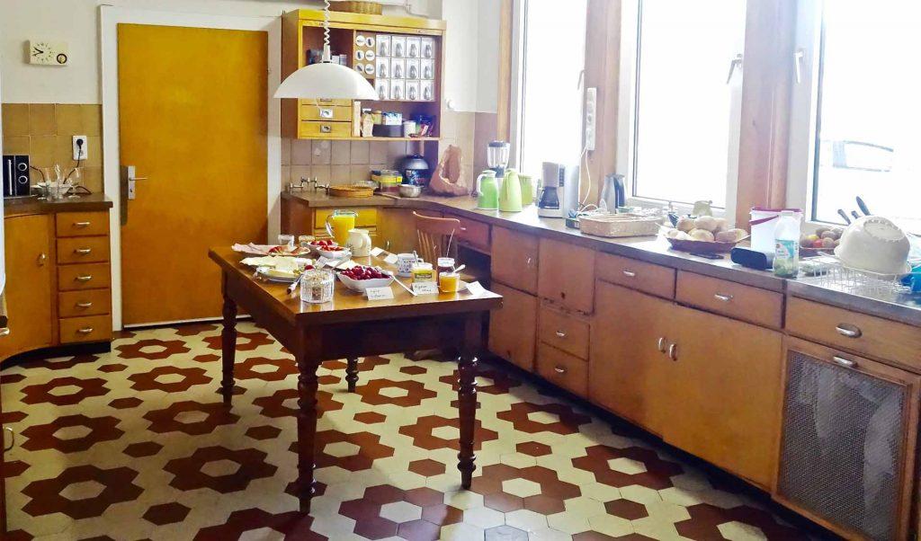 Die Küche mit Frühstücksbuffet