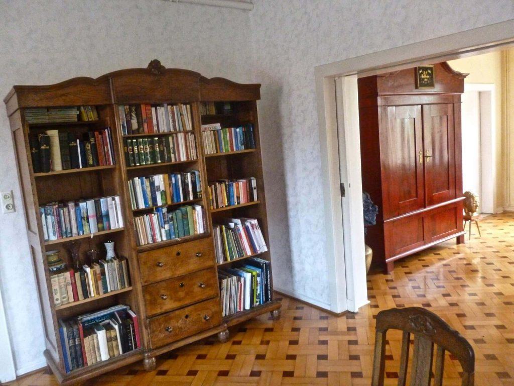Bücherschrank im Esszimmer